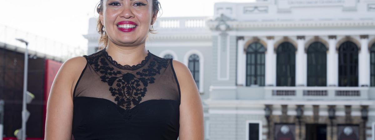 La Coordinadora de Transparencia y Archivo General de la UdeG, maestra Natalia Mendoza Servín, en primer plano, y en segundo plano el Museo de las Artes